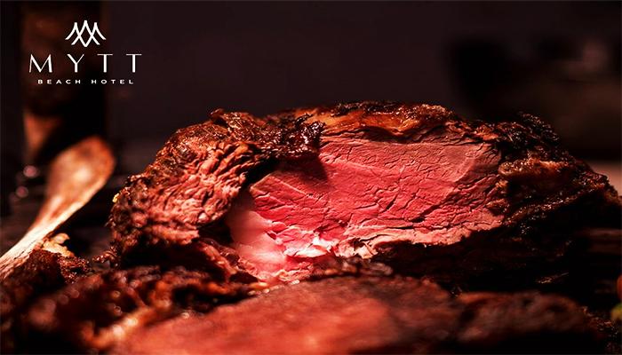 Thịt có màu đỏ tươi và cân bằng giữa mỡ và thịt.