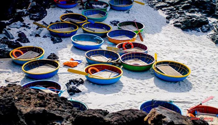 Những chiếc thuyền thúng của ngư dân đưa các du khách đi ngắm san hô ngoài biển. Nguồn: baomoi.com