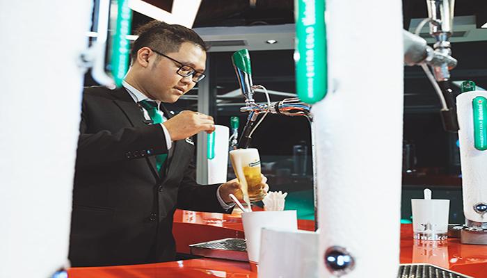 Các bạn phục vụ ở đây sẽ nhiệt tình hướng dẫn bạn cách rót bia chuyên nghiệp. Nguồn: lettersfromtina.com