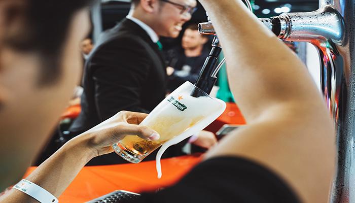 Tự tay rót cho mình ly bia hoàn hảo nào! Nguồn: lettersfromtina.com
