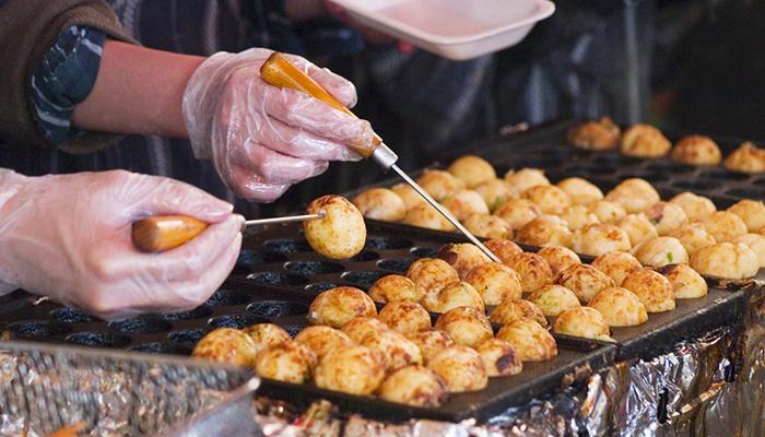 Các món ăn đường phố trông vô cùng bắt mắt mà giá cả lại phải chăng. Nguồn: savvytokyo.com