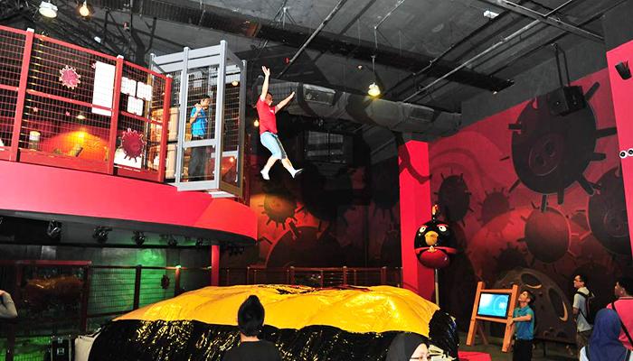 Thử thách nhảy từ trên cao với trò Space Drop Air Bag thú vị.