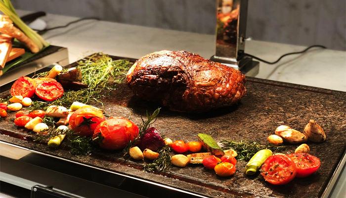 Miếng thịt ước chừng hơn 500gr được nướng trên lửa đỏ rực.