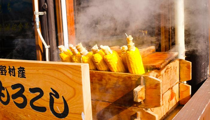 Những trái bắp vàng tươi thế này, nhìn thôi đã muốn chạy tới làng Oshino Hakkai để mua ngay một quả.