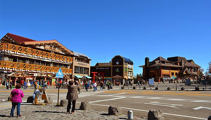 Toạ lạc tại trạm số 5 có các địa điểm ăn uống và nhà nghỉ dành cho khách du lịch cũng như những người leo núi rất tấp nập.