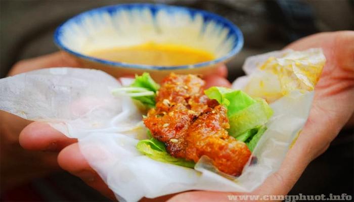 Bánh ướt cuốn thịt nướng là món ăn vặt số 1 của Hội An.