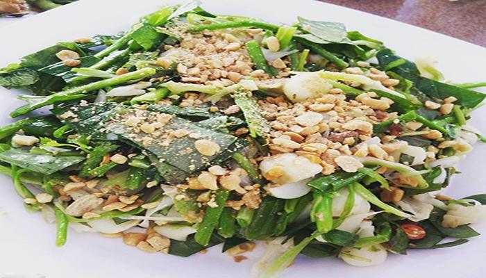 Là món đặc sản trên Đảo Lý Sơn. Gỏi Tỏi ăn với bánh tráng nướng dày, bùi, thơm, xúc một nhúm gỏi tỏi rồi chấm với nước mắm ớt. Nguồn: blogspot.com