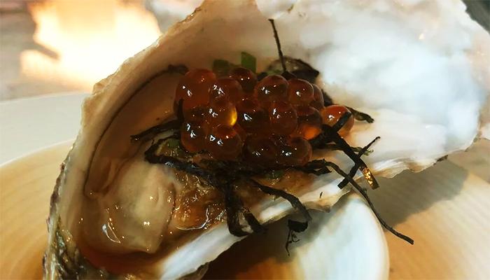 Hàu được ăn kèm với trứng cá hồi đắt tiền.