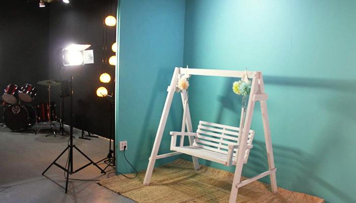 Chụp ở studio sẽ có đầy đủ thiết bị chiếu sáng để bạn có những shoot hình ưng ý nhất.