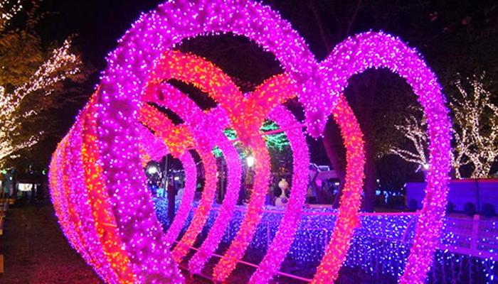 """Dắt tay """"nửa kia"""" cùng đi dưới ánh sáng hồng rực này thì còn gì lãng mạn bằng."""