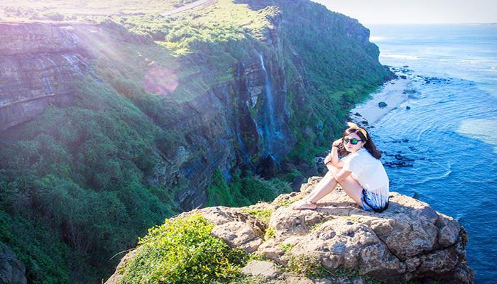 Trên đỉnh Thới Lới ngắm những mênh mông của miền biển đảo Lý Sơn. Nguồn: dulichphuotvietnam.files.wordpress.com