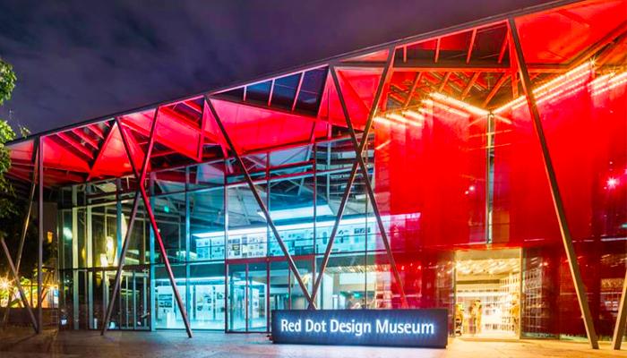 Kiến trúc độc đáo kết hợp màu sắc đèn sắc đỏ tạo càng tô thêm vẻ đẹp của bảo tàng khi về đêm.