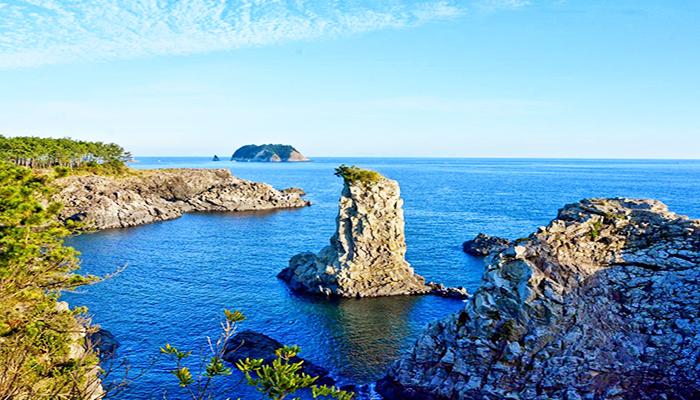 Hòn đá cô đơn (Oedolgae) nổi tiếng - nơi quay phân cảnh nàng Dae Jang Geum đứng một mình bên bờ biển.
