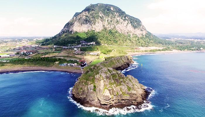 Ngọn núi lửa Songaksan nổi bật giữa làn nước biển xanh biếc.