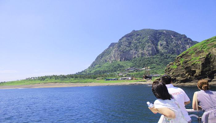 Ra boong tàu và nhìn ngắm cảnh đẹp xung quanh sẽ thú vị hơn nhiều đấy!