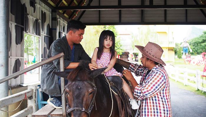 Đối với trẻ em, sự hỗ trợ càng tận tình hơn.  Bạn có thể yên tâm cho bé trải nghiệm cưỡi ngựa vô cùng thú vị.