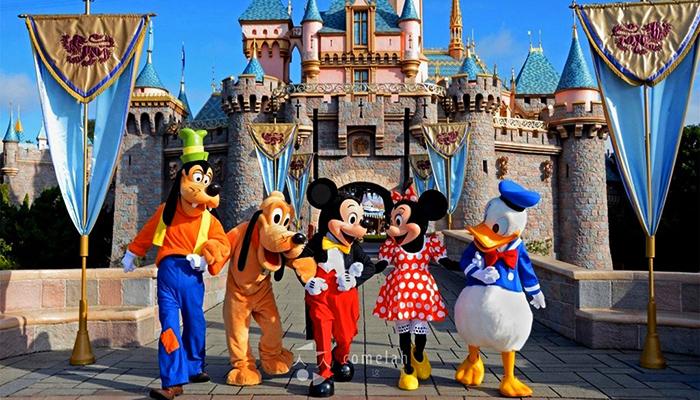 Tokyo Disneyland là công viên giải trí chủ đề nổi tiếng.