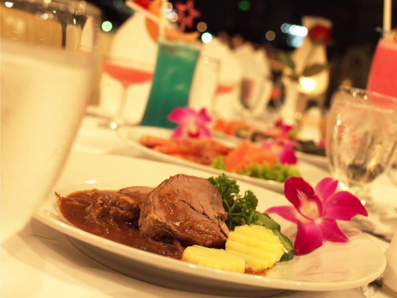 Cách bày trí bàn ăn lãng mạn và thịnh soạn