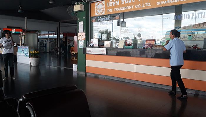 Từ chỗ xuống xe bus, đi thẳng vào trong bạn sẽ thấy quầy vé màu cam bán vé đi Jomtien Pattaya