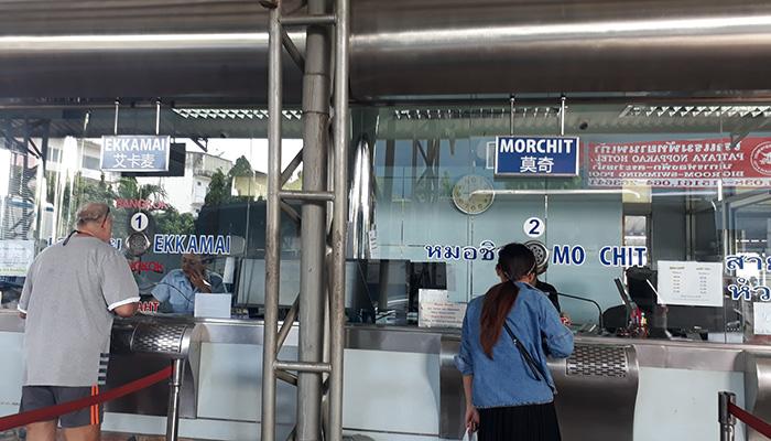 Quầy bán vé của Roong Reuang, mỗi trạm xuống có một quầy riêng