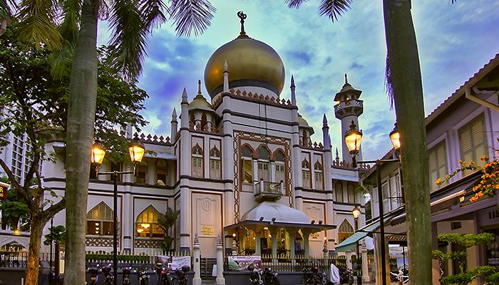 Nổi bật nhất khu vực với kiến trúc cầu kỳ và mái vòm củ hành dát vàng lấp lánh