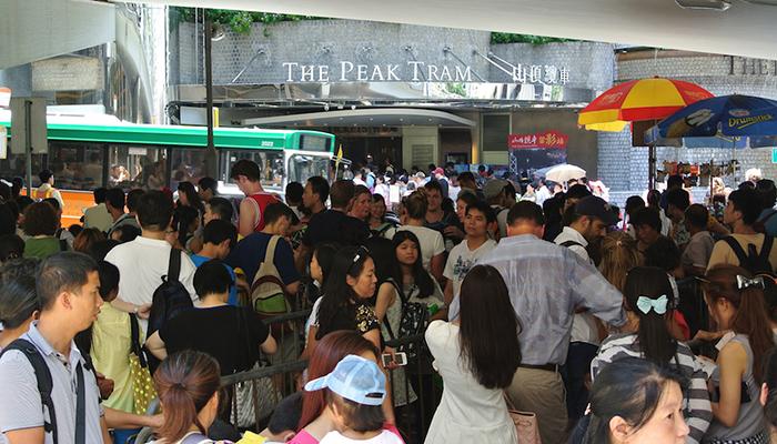 xếp hàng peak tram rất đông