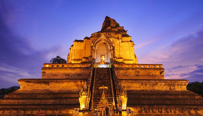 Wat Chedi Luang lung linh khi đêm về