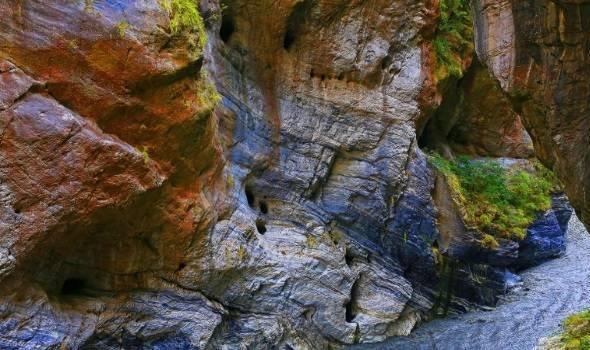 Yên Tử Khẩu với những vách đá cẩm thạch dựng thẳng đứng