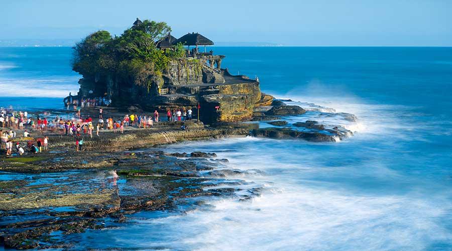 Ngôi đền thiêng Tanah Lot nằm giữa biển xanh