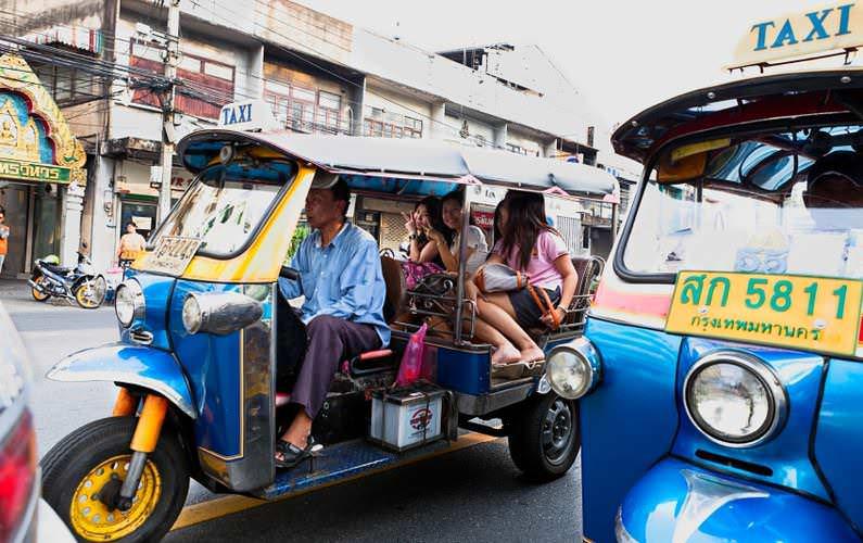 Tuk – tuk – phương tiện di chuyển truyền thống của người dân địa phương