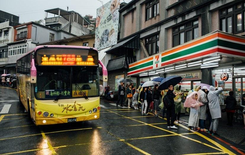 Bến xe bus ngay trước cửa 7Eleven