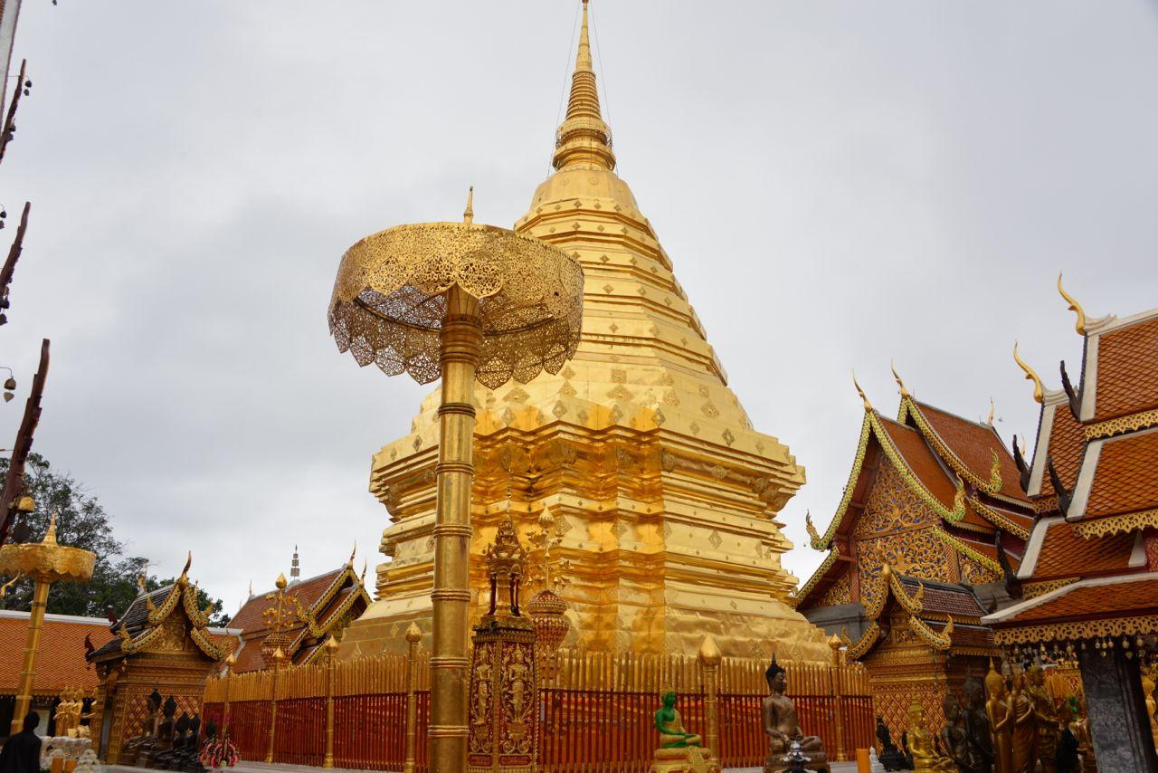 Tháp Chedi dát vàng nằm giữa trung tâm của chùa Doi Suthep