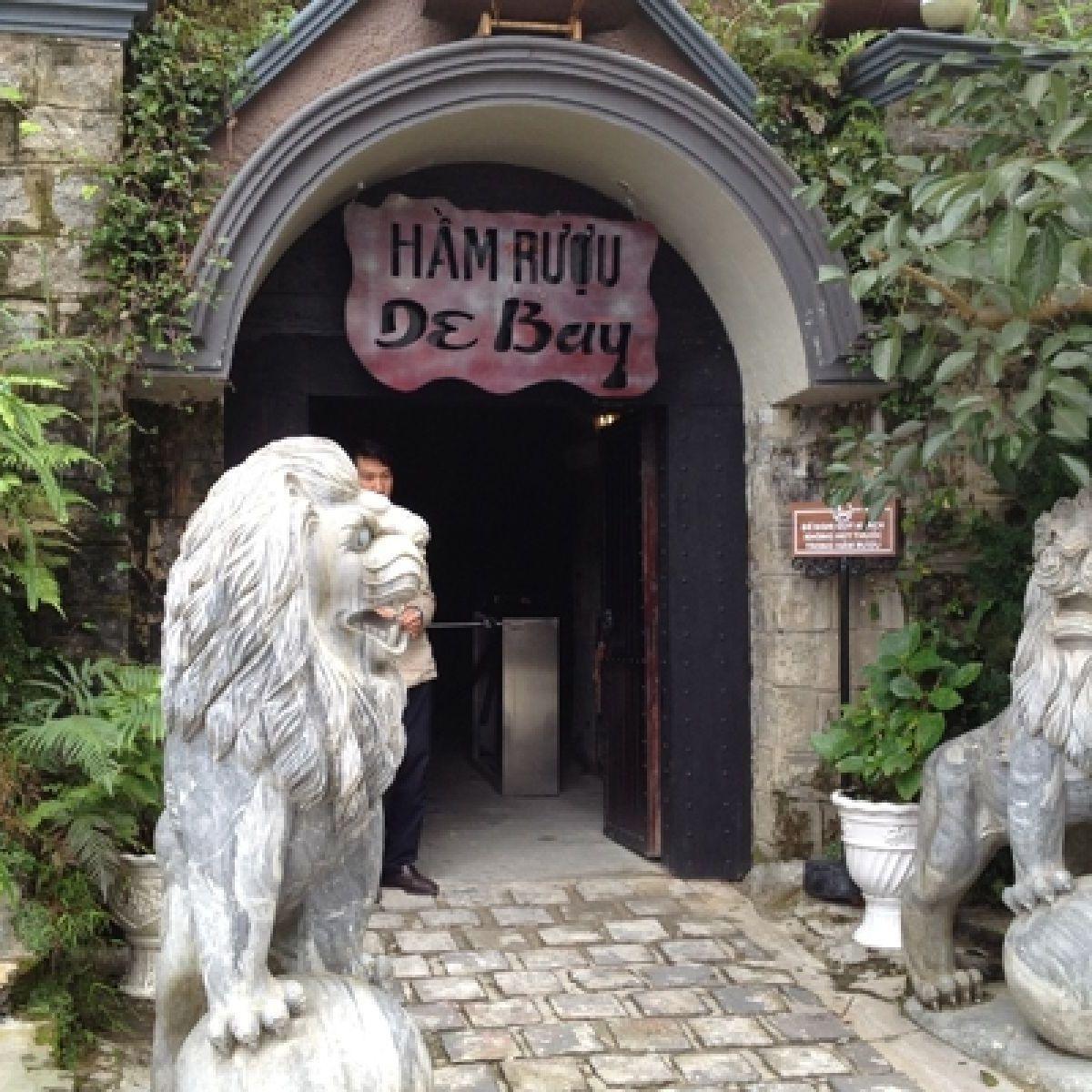 Cổng vào Hầm Rượu cổ Debay