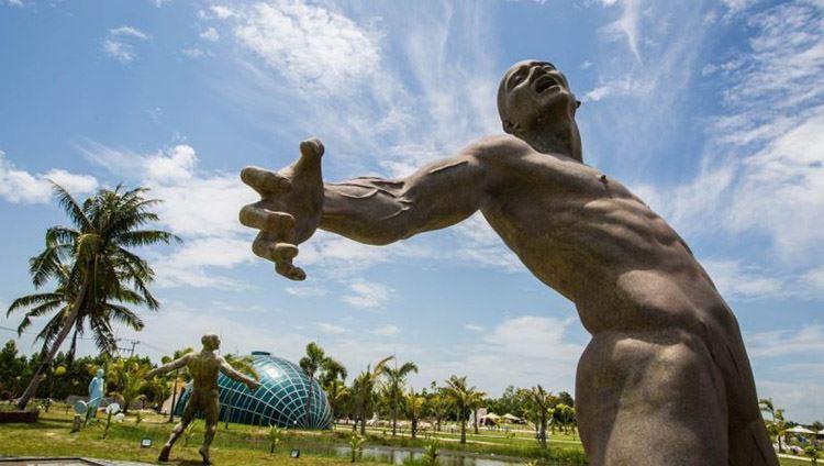 Khuôn viên rộng rãi với hơn 150 bức tượng được đặt khắp nơi