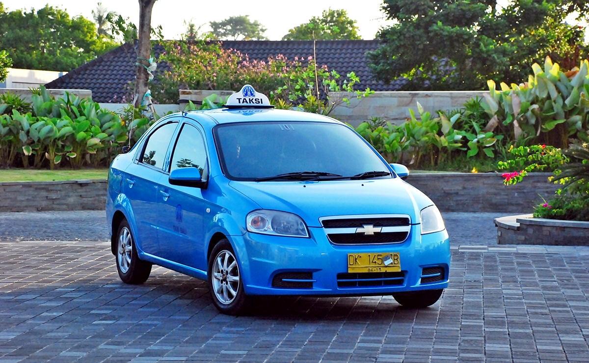 Chiếc taxi Blue Bird với màu xanh dương đặc trưng