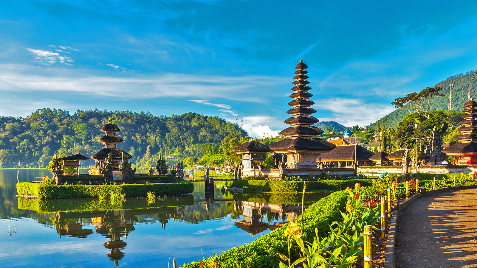 Ngôi đền trên miệng núi lửa độc đáo nhất thế giới