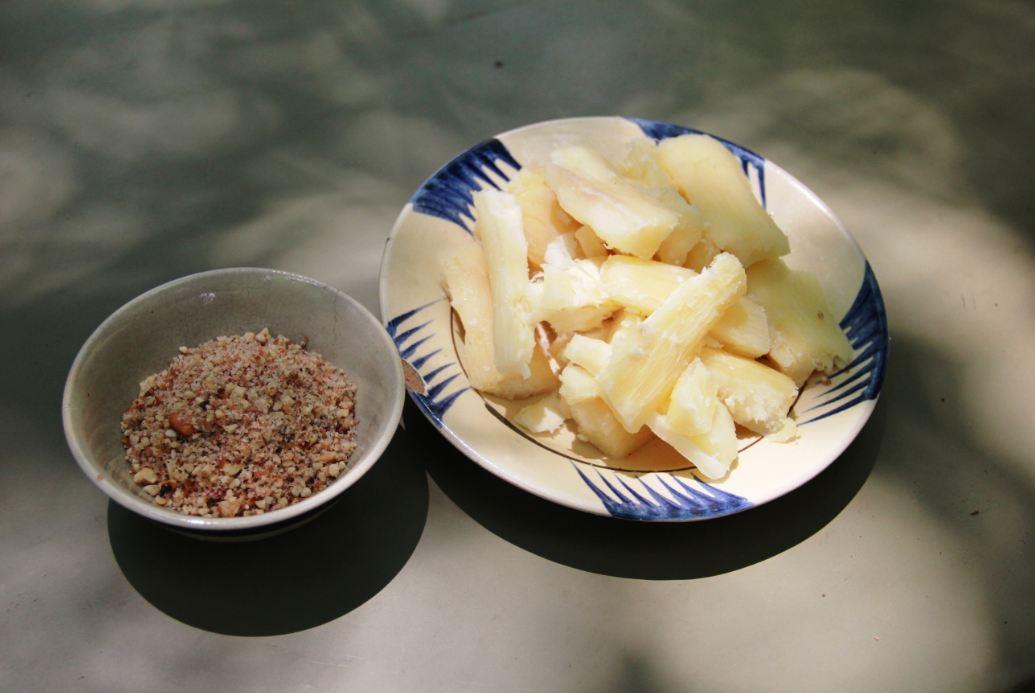 Khoai mì chấm muối vừng – đặc sản của bếp Hoàng Cầm