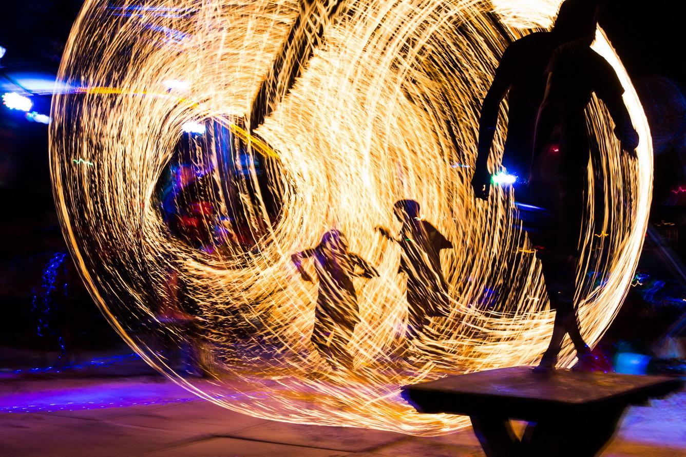 Những màn múa lửa đặc sắc được các nghệ sĩ trình diễn rất điêu luyện