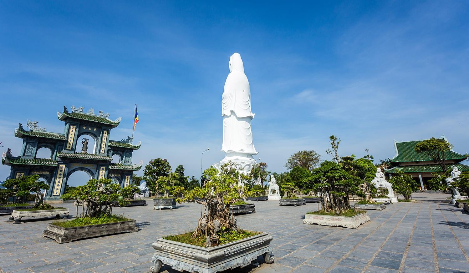 Bức tượng Quan Âm cao 67m ở chùa Linh Ứng