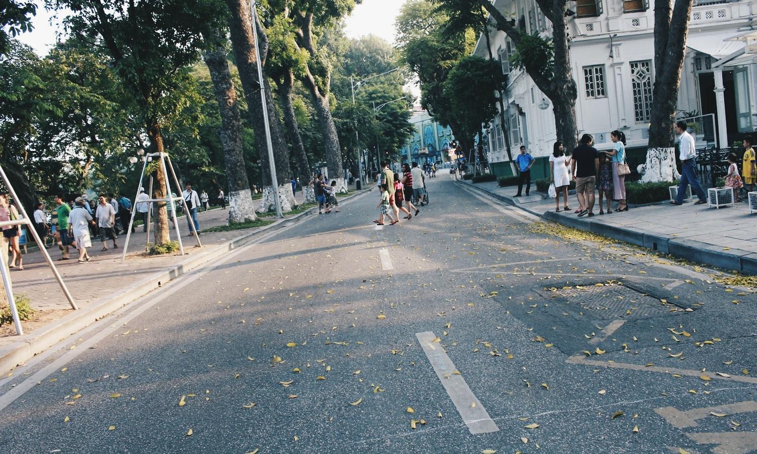 Vào cuối tuần, cung đường quanh Hồ Gươm sẽ cấm xe lưu thông và trở thành con phố đi bộ độc đáo