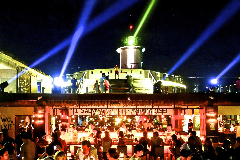 """Khu skybar với ánh sáng đèn rực rỡ cùng những điệu nhạc sôi động sẽ khiến bạn phải """"bùng cháy"""""""