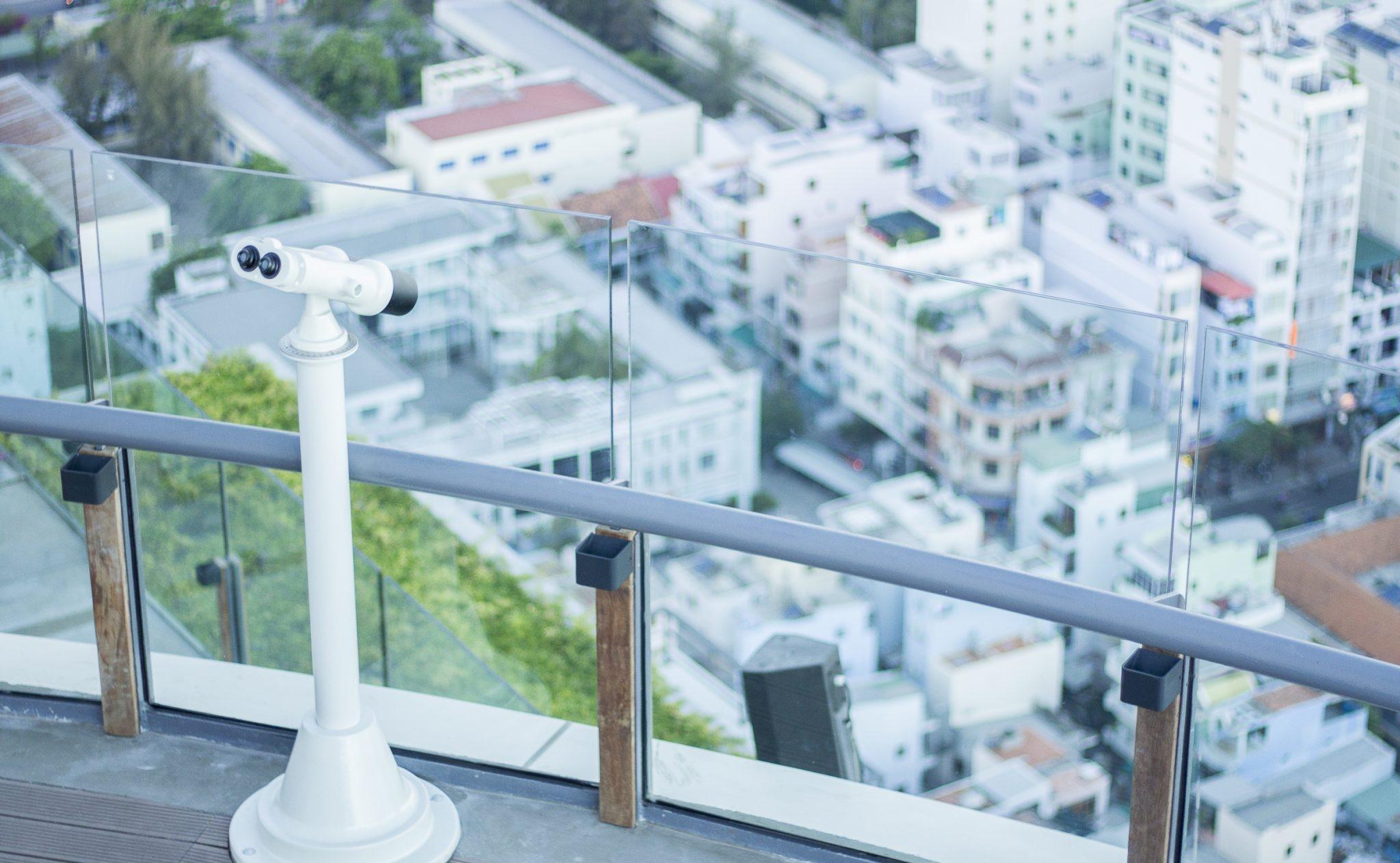 """Chiếc ống nhòm hiện đại nhập khẩu từ Mỹ được nhiều du khách đánh giá cao về độ """"nhòm xa trông rộng"""""""