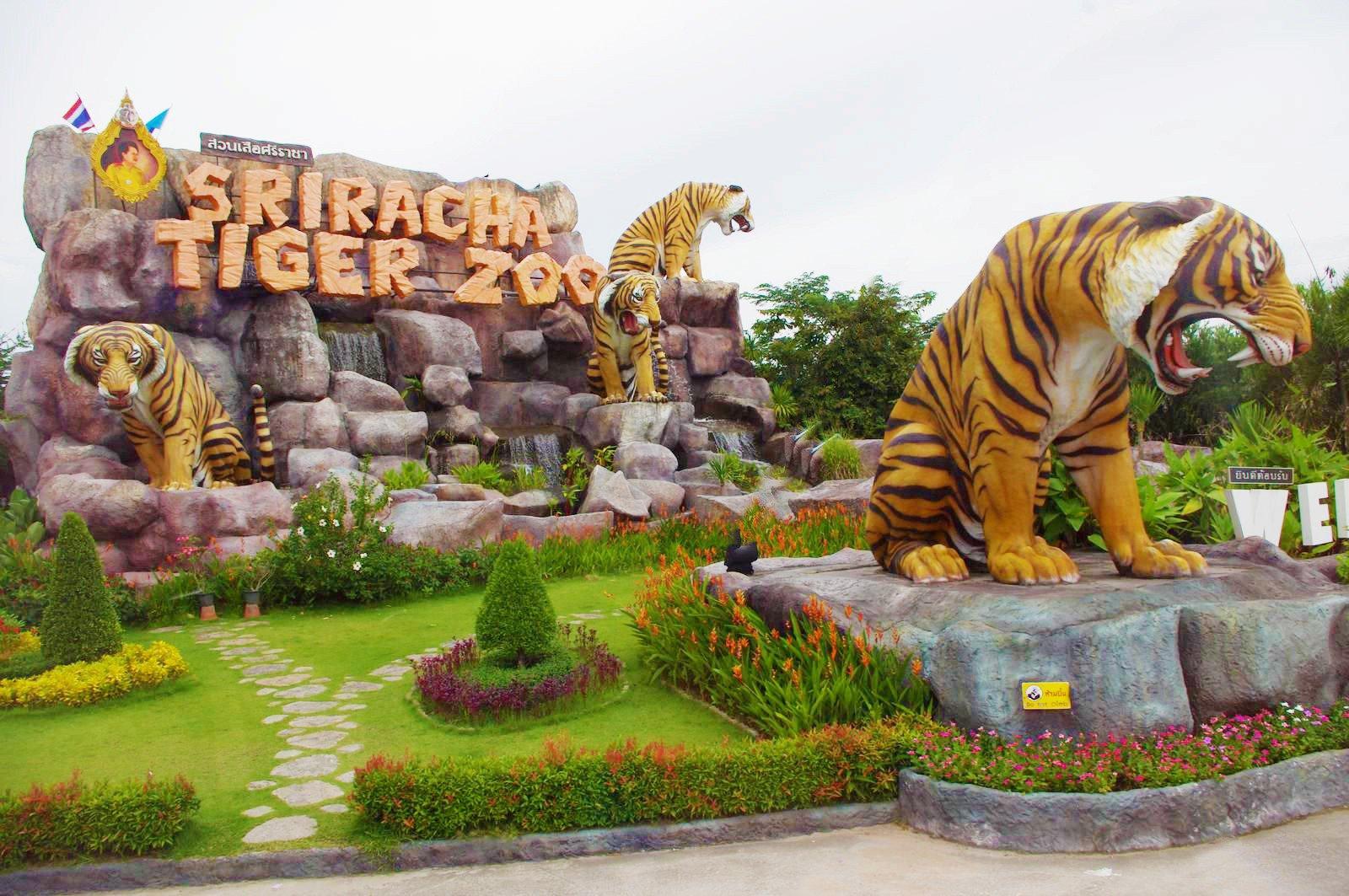 Cổng chào với bức tượng những chú hổ Bengal mạnh mẽ