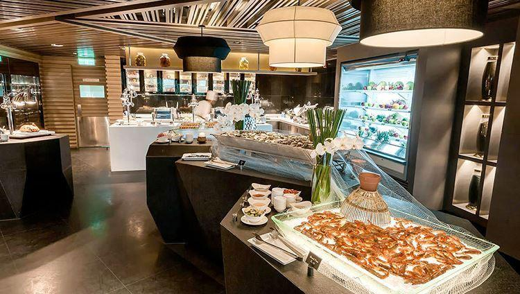 Khu vực bếp mở và các bàn bày đồ ăn được bố trí hài hòa, gọn gàng, thuận tiện cho thực khách