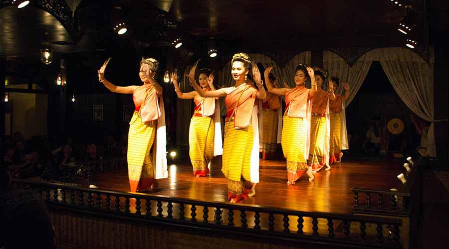 Điệu múa Fingernails uyển chuyển của các cô gái Thái hút hồn du khách