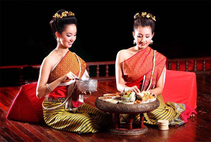 Bạn sẽ được hướng dẫn cách ăn Khantoke đúng điệu