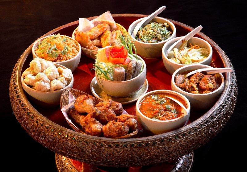 Khay đồ ăn Khantoke đầy màu sắc hấp dẫn các giác quan