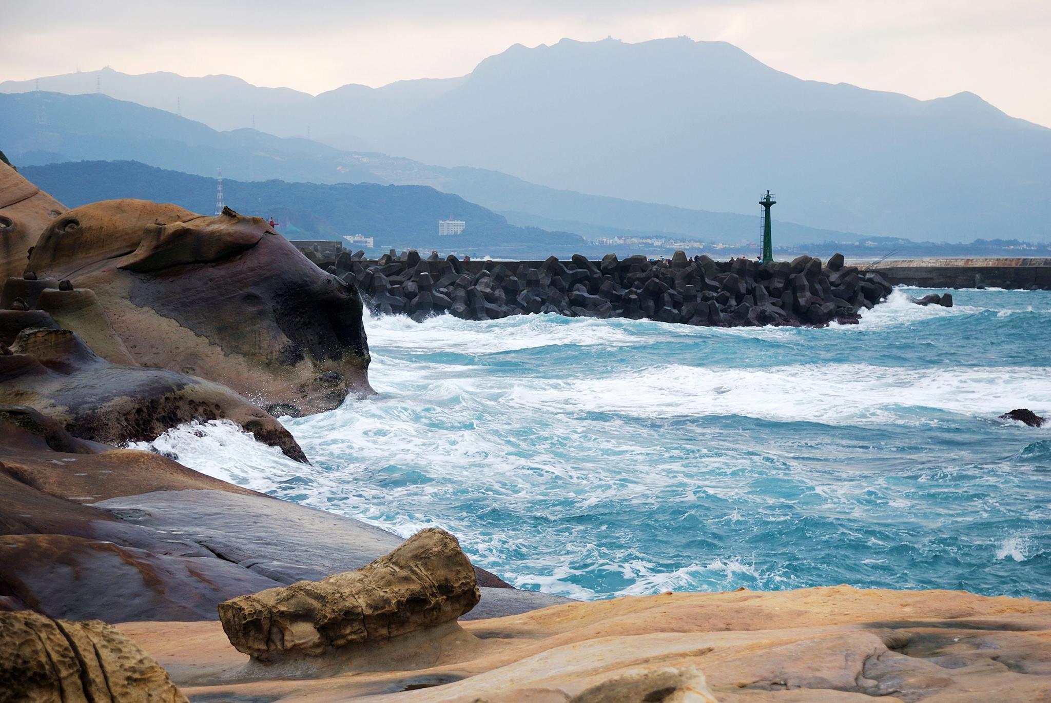 Du khách sẽ được ngắm nhìn một vùng biển trong xanh, hoang sơ với những phiến đá có hình thù kỳ lạ