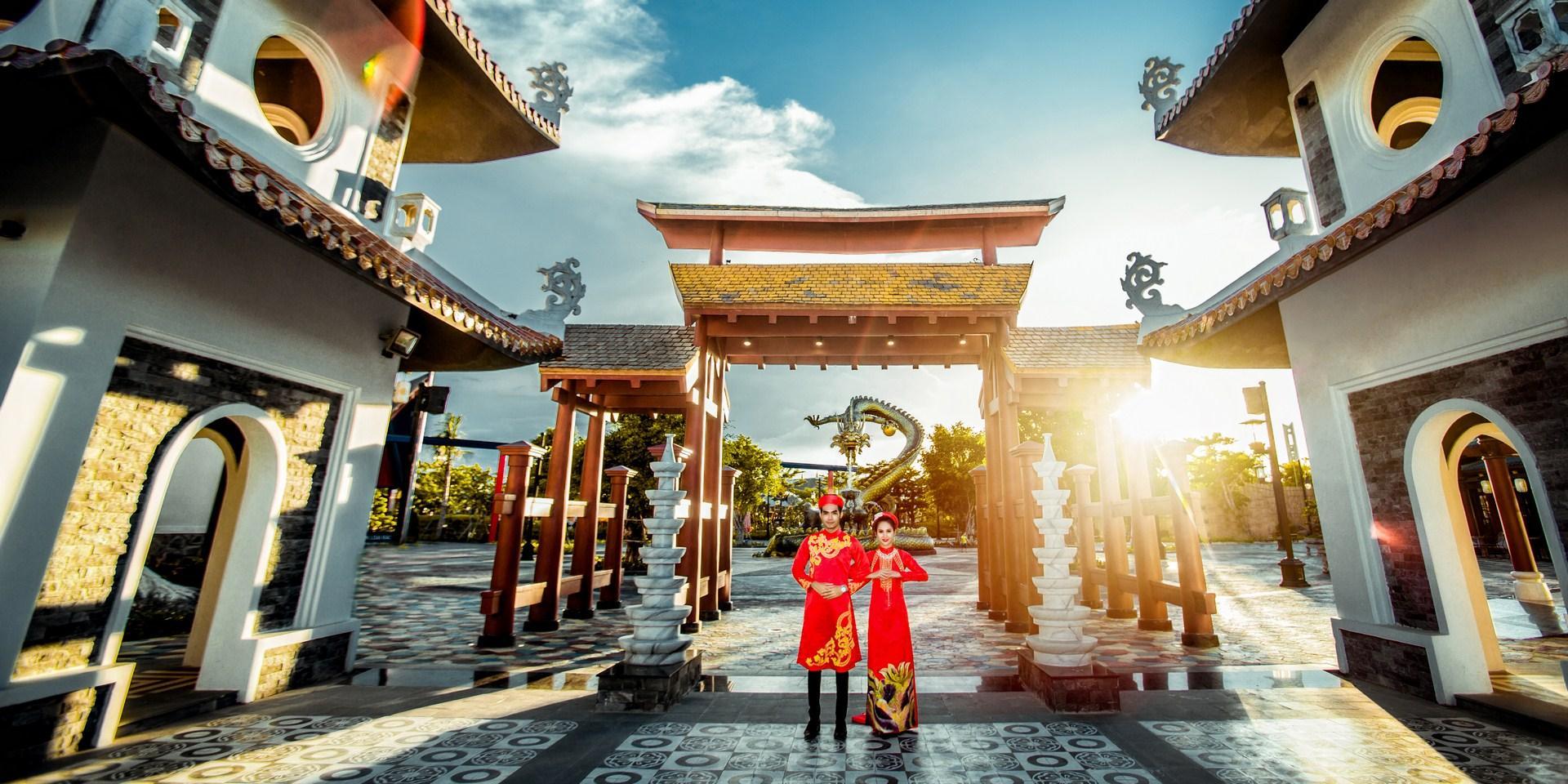 Không chỉ các bạn trẻ check in mà các cặp đôi cũng chọn Asia Park là nơi chụp ảnh cưới