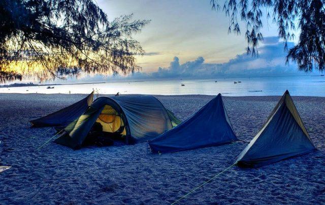 Đừng cắm trại sát bờ biển quá nhé, cẩn thận thủy triều